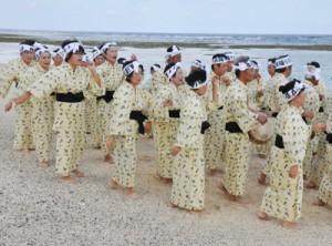 伝統の浜踊りを収録した保存会のメンバーら=1日、伊仙町