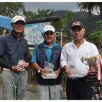優勝した師玉さん、2位の田畑さん、3位の福山さん(右から)=18日、マングローブパーク
