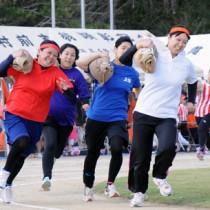 女性も力強い走りを見せた重量運搬リレー=19日、知名町総合グラウンド