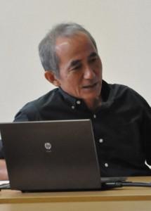 奄美郷土研究会例会で講演する中山清美さん=5日、県立奄美図書館