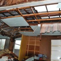 強風でトタン屋根が飛ばされた民家=12日午前11時20分ごろ、天城町
