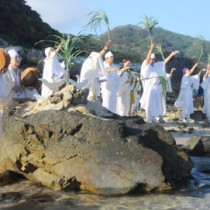白装束に身を包んだユタが海の女神を招いた神事=2日、龍郷町安木屋場