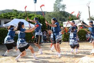 勇壮な棒踊りを披露した薩川中の生徒と教職員=2日、瀬戸内町実久