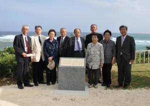 記念モニュメントを建立した遺族ら=3日、徳之島町