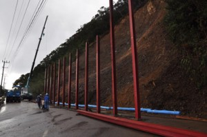 土砂搬出が終了し防護柵の設置が進む網野子峠の現場=24日、瀬戸内町