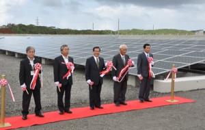 「本茶ソーラー発電所」の完成をテープカットで祝う関係者ら=8日、奄美市名瀬