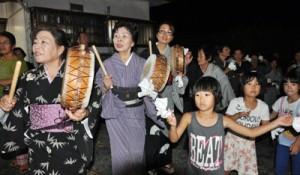 子どもたちも踊りの輪に加わった種おろし=25日、龍郷町大勝