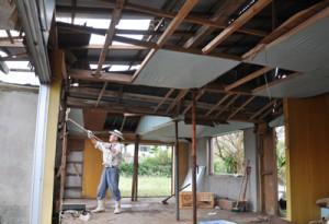 台風19号の暴風雨で一部損壊した住家=14日、天城町
