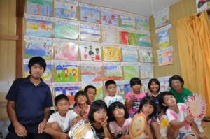 民謡「島口説」を表現した絵を制作したウイバサマ文庫の子どもたち=10日、知名町