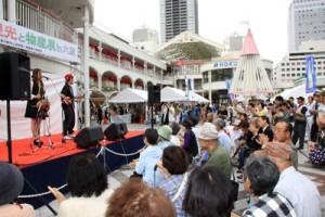 芸能祭で里朋樹さんと歩寿さんの歌声を堪能する来場者=4日、大阪府豊中市(関西奄美会提供)