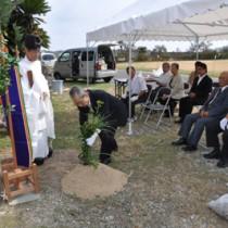 母間騒動の記念碑建立に向けて行われた地鎮祭=27日、徳之島町