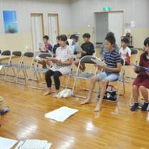 初練習を行う「奄美市少年少女合唱団」の団員ら=26日、奄美文化センター