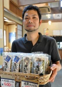 全国ふりかけグランプリに出品した「湯葉ふりかけ」と高野店長=28日、龍郷町中勝