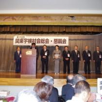 お祝いに駆け付け、舞台で紹介される地元の行政、議員団ら=26日、日本民謡会館