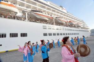 歌と踊りで飛鳥Ⅱの乗客を見送った出港時のセレモニー=29日、奄美市の名瀬港観光船バース