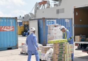 生活物資などが詰まった多くのコンテナが降ろされた和泊港=15日、和泊町