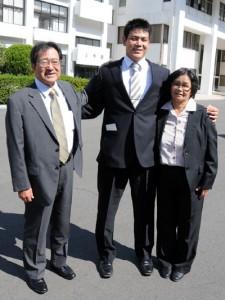 両親の一美さん、早苗さんとプロ野球ドラフト会議での指名を喜ぶ原泉選手=24日、霧島市国分