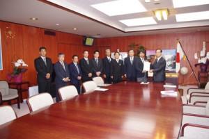 西川農水相(右)に要請書を手渡す鹿児島、沖縄両県の糖業労働組合代表ら=22日、農水大臣室