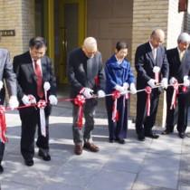 企画展のオープンを前にテープカットする俊子夫人(右から3人目)ら=11日、長野県安曇野市の碌山美術館