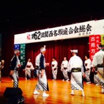 舞台で八月踊りを披露する小宿校区会=10月19日、尼崎市