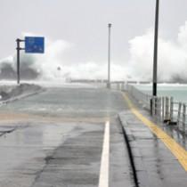 高波が打ち寄せる和泊港=11日午前9時半ごろ、和泊町
