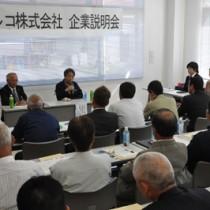 事業所開設に向けて企業説明会を開いた日本マルコの小板橋博行社長=23日、伊仙町