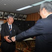 大川さん(名瀬)30年表彰/奄美市スポーツ推進委員