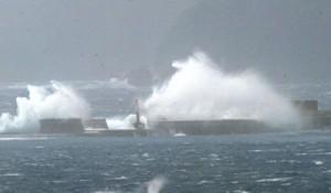 台風接近で奄美近海は猛烈なしけ。名瀬港入り口の沖防波堤に押し寄せた波は砕け、しぶきとなった=4日午後5時前、奄美市名瀬