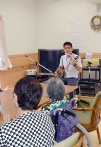 奄美市で初めてのメモリーカフェ。島唄を楽しむ参加者=15日、グループホーム・虹の丘