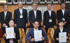 辞令交付を受けた宋さん、尾池さん、和田さん(前列左から)=1日、奄美市役所