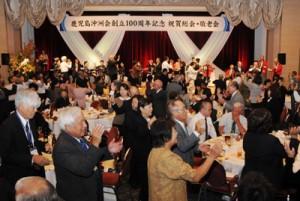 最後は総踊り「サイサイ節」で盛り上がった鹿児島沖洲会創立100周年記念祝賀会=26日、鹿児島市新照院町