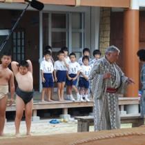 主人公の2人(右)と共に地元の小中学生もエキストラ出演した=18日、大和村国直