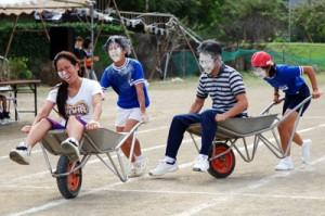 親子競技で盛り上がった大和小の運動会=6日、大和村思勝
