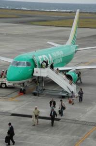 ツアー客を乗せ到着した広島発FDA機=21日、奄美空港)