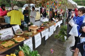 郷土料理の展示など多彩な催しがあった食と農林漁業の祭典=22日、徳之島町