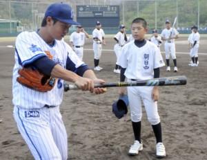 横浜DeNAベイスターズの選手たちが子どもたちに直接指導した野球教室=16日、奄美市名瀬運動公園市民球場