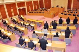 池畑憲一議長らに対する不信任決議案を否決した臨時県議会の本会議=5日、県議会庁舎