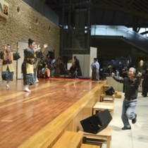 ステージと観客の心が一つになったカチャーシーと六調の共演=23日、県奄美パーク