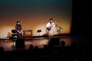 ・舞台で共演する築地さん(右)と伊さん=3日、労音大久保会館