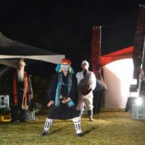 アイヌ、与論、沖縄の民俗芸能が披露されたチャランケ祭=8日、与論町のサザンクロスセンター前広場