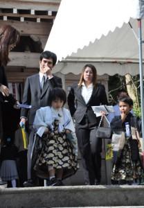 七五三詣でに訪れた家族連れ=15日、奄美市名瀬の高千穂神社
