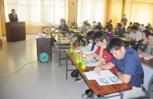 生産者らがパッションフルーツの加工技術などについて学んだ研修会=27日、奄美市名瀬