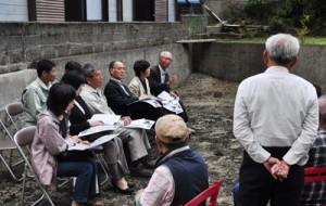 現行計画の撤回を求める住民(手前)から意見を聞く委員ら=5日、奄美市名瀬