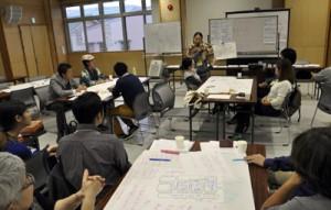 グループで話し合った意見を発表する参加者=12日、奄美市名瀬のAiAiひろば