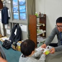 ほーらしゃ券を買い求める市民=21日、奄美大島商工会議所
