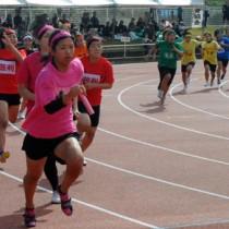 白熱したレースを繰り広げた女子400㍍リレー=9日、奄美市の名瀬運動公園陸上競技場