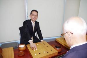 指導碁で教える水間俊文プロ7段=東京・代々木