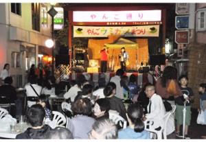 「やんご・ウミガメまつり」でにぎわう屋仁川通り=28日、奄美市名瀬
