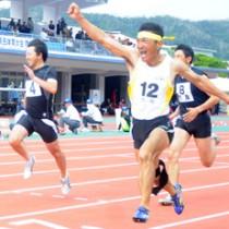 男子40代100メートルを制し、こぶしを突き上げる津村