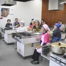 島の食材を使った創作料理を学んだ参加者ら=23日、伊仙町